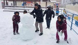 Çocuk sokağında kar keyfi